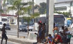 Usuários de crack consomem a droga na pista central da Avenida Brasil Foto: Pablo Jacob / Agência O Globo