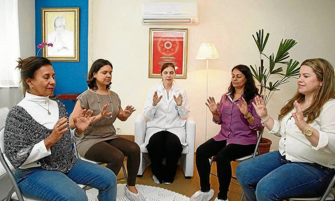 Pranaterapia. No centro, a terapeuta Cristina Lunardi e adeptas da técnica que trabalha o equilíbrio Foto: Márcio Alves / Márcio Alves
