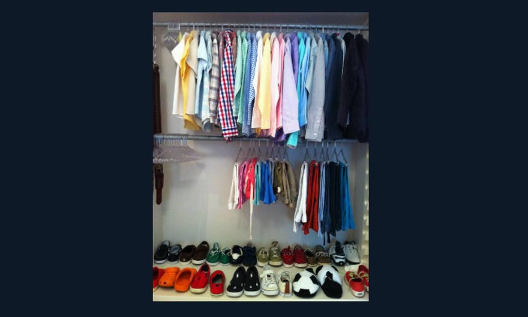 Sapatos no chão, uma calça por cabide e blusas penduradas em degradê Foto: Samantha Stofel