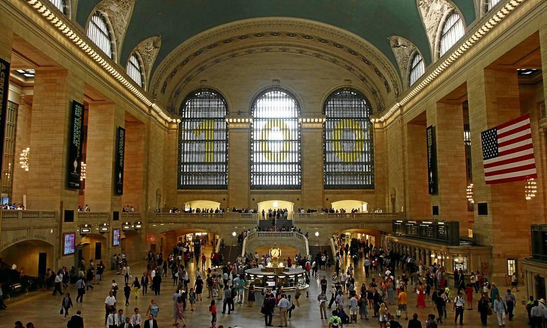 O número cem no saguão principal indica a idade da Grand Central Terminal, em Nova York Foto: Eduardo Maia / O Globo