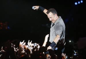 Assim como fez em São Paulo, Bruce Springsteen abriu a apresentação com 'Sociedade Alternativa', hit de Raul Seixas Foto: Ivo Gonzalez / Agência O Globo