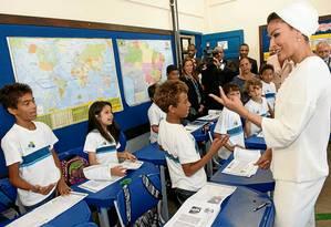 Escola do Amanhã. A sheika Moza bint Nasser conversa com alunos da Escola Francisco de Paulo Brito, na Rocinha, no Rio de Janeiro Foto: Terceiro / Maher Attar / HHOPL