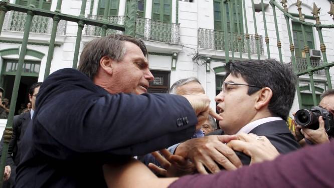 O deputado Jair Bolsonaro e o senador Randolfe Rodrigues batem boca em frente ao 1º Batalhão da Polícia do Exército, durante visita da Comissão Estadual da Verdade Foto: O Globo / Márcia Foletto