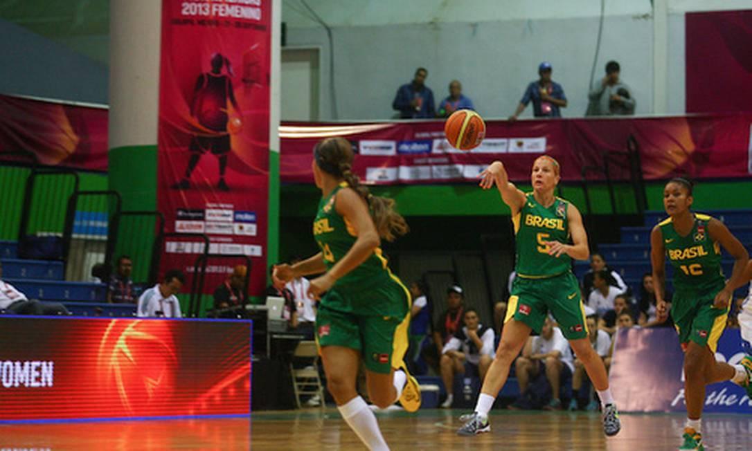Time brasileiro em ação na vitória desta segunda, sobre as dominicanas Foto: Divulgação / FIBA