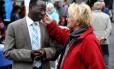 Karamba Diaby conversa com uma alemã durante um festival de cultura ontem, em Halle