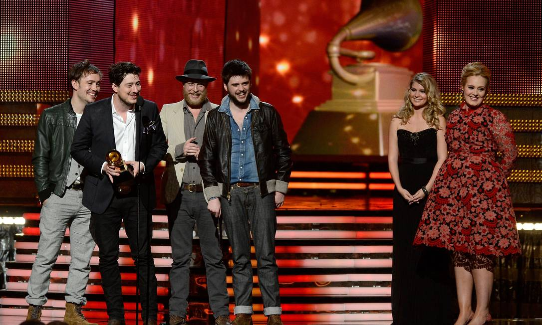 Em fevereiro, a banda venceu o Grammy na categoria álbum do ano com o disco 'Babel' Foto: KEVORK DJANSEZIAN / AFP