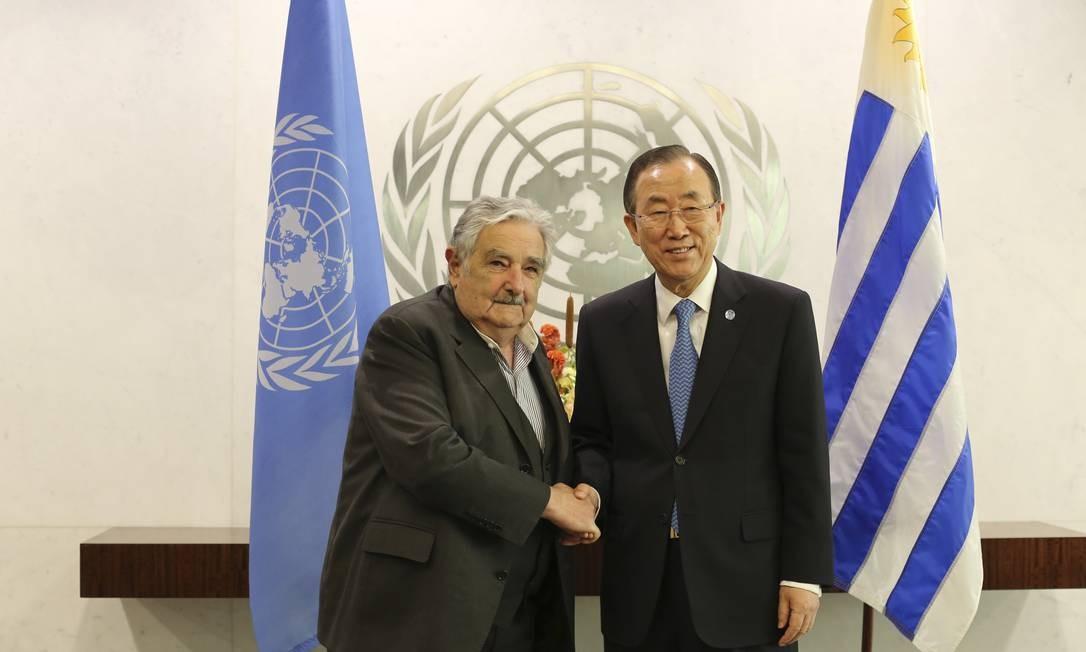 Mujica. Presidente uruguaio cumprimenta secretário-geral da ONU, Ban Ki-moon: em NY, ele ofereceu ajuda para mediar negociações com as Farc Foto: AP