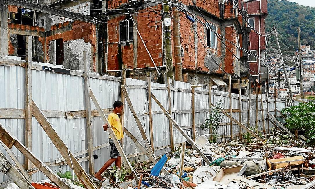 Os escombros das casas demolidas para as obras do PAC no Cantagalo: lixão no lugar de melhorias - Foto: Hudson Pontes