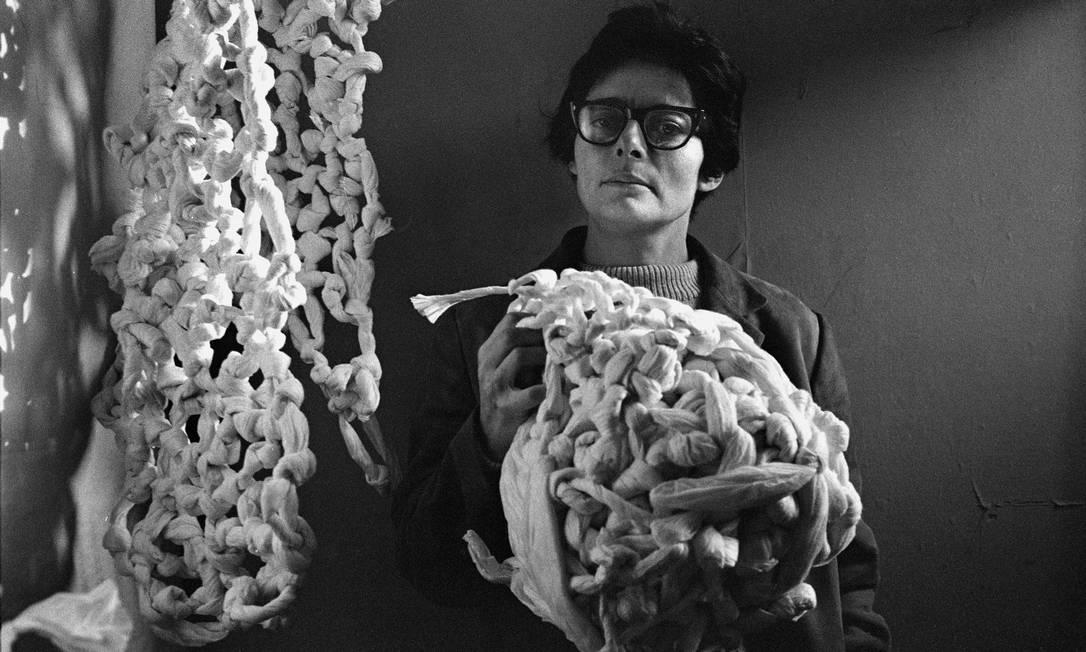 """Na foto, Mira abraça embrulhinhos, da série """"droguinhas"""", que os ingleses traduziram por """"little nothings"""", escultura que fez em papel de arroz. Foto: Agência O Globo"""