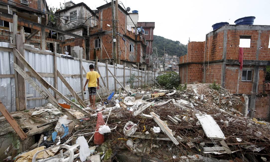 Escombros de casas demolidas para a ampliação da Avenida Custódio Mesquita, no Cantagalo, não foram sequer retirados do local Foto: Hudson Pontes / O Globo