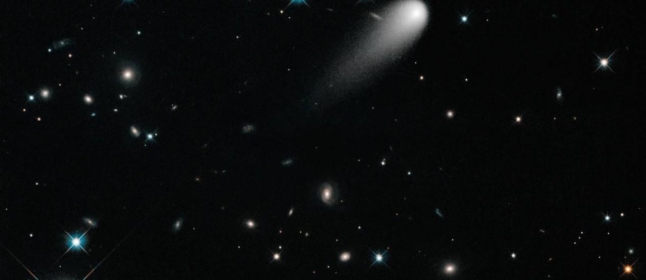 Visitante: o cometa ISON visto pelo telescópio espacial Hubble, tendo ao fundo estrelas da Via Láctea e galáxias distantes Foto: Nasa/ESA/Hubble Heritage Team