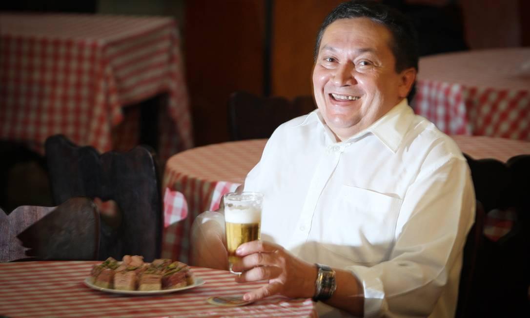 """Adalberto Santos: """"Gostamos mesmo é de tomar cerveja e petiscar. Se já fazemos isso agora, imagina na Copa"""" Foto: Marcos Alves"""