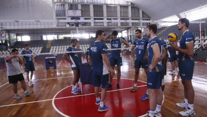 Parte do elenco do RJX reunido no ginásio do Tijuca Tênis Clube Foto: Agência O Globo / Felipe Hanower