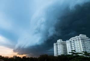 Tempestade se aproxima da cidade de Niterói, no Rio: eventos extremos alimentados pelo fenômeno das ilhas de calor urbanas devem ser mais frequentes Foto: Leo Martins / Leo Martins