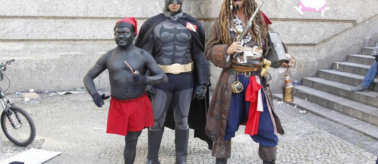 Preso em manifestação na quarta à noite, Batman ganhou apoio de Jack Sparrow e Saci-Pererê durante manifesto dos professores Foto: Domingos Peixoto / Agência O Globo
