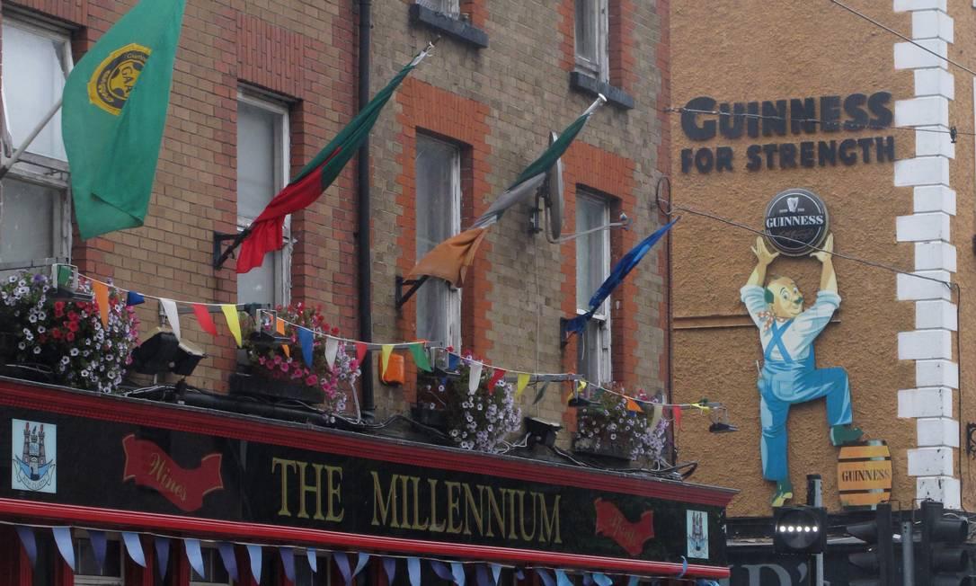 Pubs em Dublin fazem propaganda da Guinness para o Arthur's Day, em referência ao fundador da marca. Para comemorar, a cervejaria estimula as pessoas a irem aos bares e brindarem à data Foto: Shawn Pogatchnik / AP