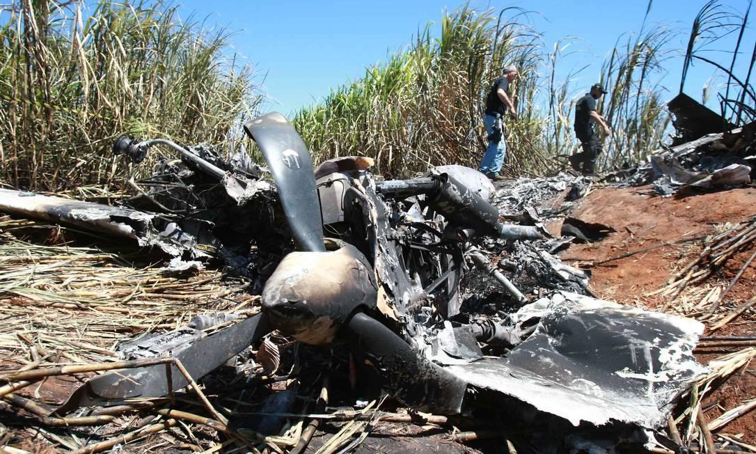 Os destroços do avião que caiu no meio do canavial em Bocaina (SP) com 500 kg de droga. Na operação, um agente da PF foi morto Foto: Edson Silva /Folhapress