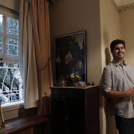 Giuliano no apartamento em Ipanema, onde Renato Russo viveu por seis anos até morrer Foto: Camilla Maia / Agência O Globo