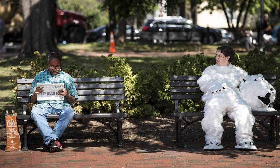 Ativista vestida de urso polar protesta contra aquecimento global em Washington Foto: BRENDAN SMIALOWSKI/AFP