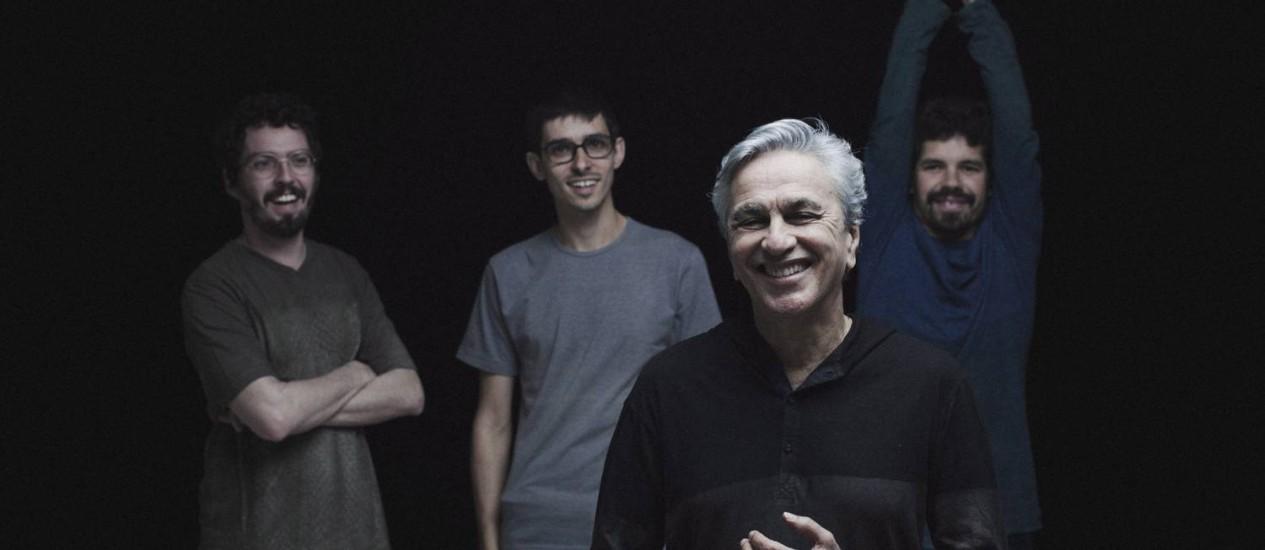 Caetano à frente da Banda Cê: o cantor faz show gratuito no Caminho Niemeyer, a partir das 18h. Foto: Divulgação / Fernando Young.
