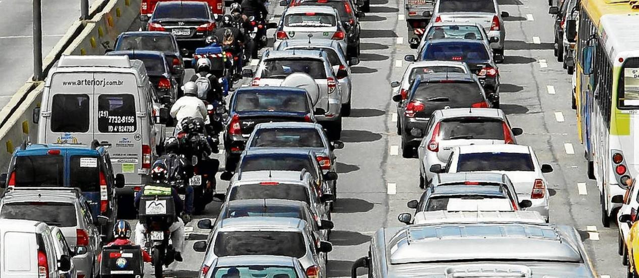 Linha Vermelha engarrafada: má qualidade do transporte público leva usuários a optarem por carro e moto Foto: Agência O Globo