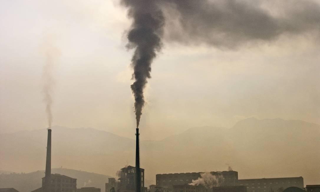 Fábrica na China lança poluentes na atmosfera contribuindo para o aquecimento global Foto: Science Photo Library
