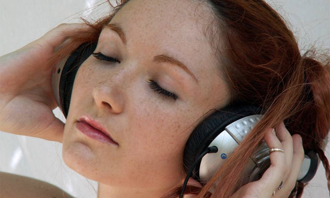 Fone de ouvido com som alto provoca problemas de audição Foto: Stock Photo