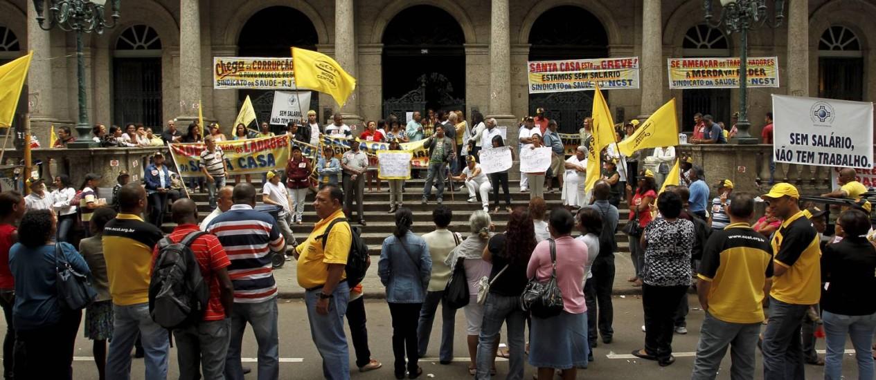 Funcionários da Santa Casa fazem manifestação em frente ao hospital, no Centro Foto: Gabriel de Paiva / Agência O Globo
