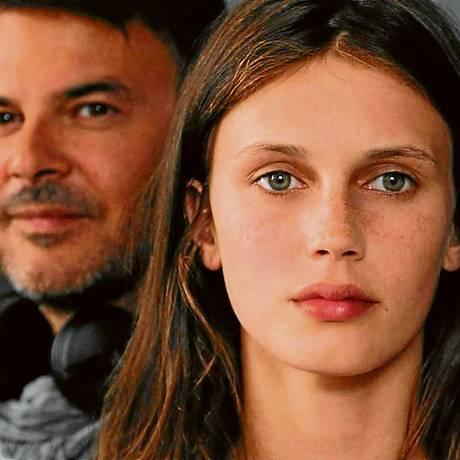 """Ozon (ao fundo) com a modelo e atriz Marine Vacth, no set de """"Jovem e bela"""", que causou surpresa entre os exibidores da França ao vender 680 mil ingressos em menos de um mês: sessão neste sábado, no Cine Leblon Foto: Terceiro / Divulgação/Mandarin Cinéma"""