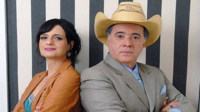 Tony trai a mulher, interpretada por Denise, com uma cantora sertaneja Foto: TV Globo/Zé Paulo Cardeal