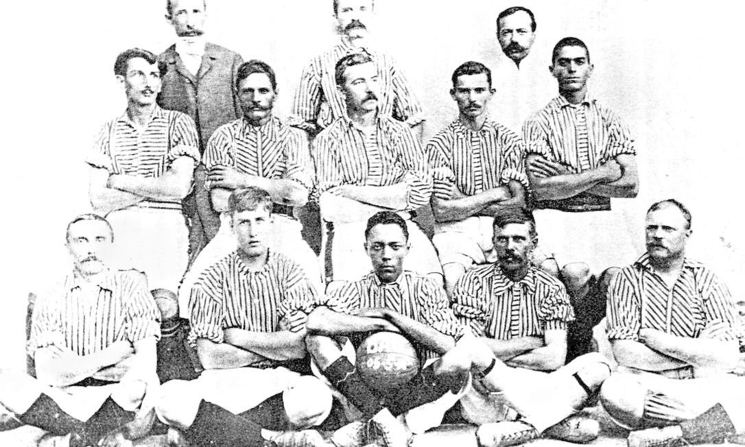 Ao integrar o time do Bangu, em 1904, Carregal (com a bola) tornou-se o primeiro jogador negro a disputar uma partida oficial no Brasil Foto: Reprodução