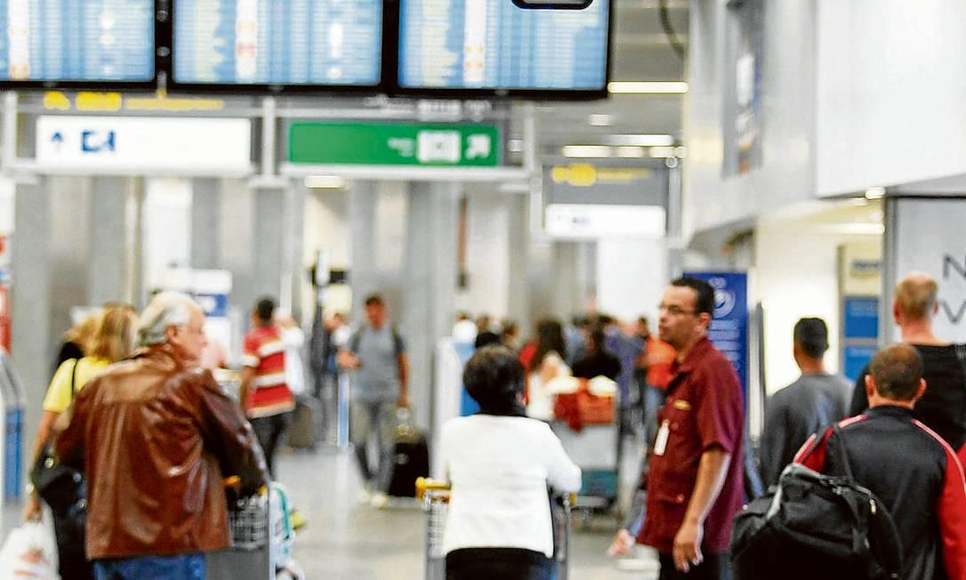 Poucas câmeras. Usuários do Galeão se queixam da falta de segurança. Até julho, foram registrados 466 furtos Foto: Domingos Peixoto / Agência O Globo