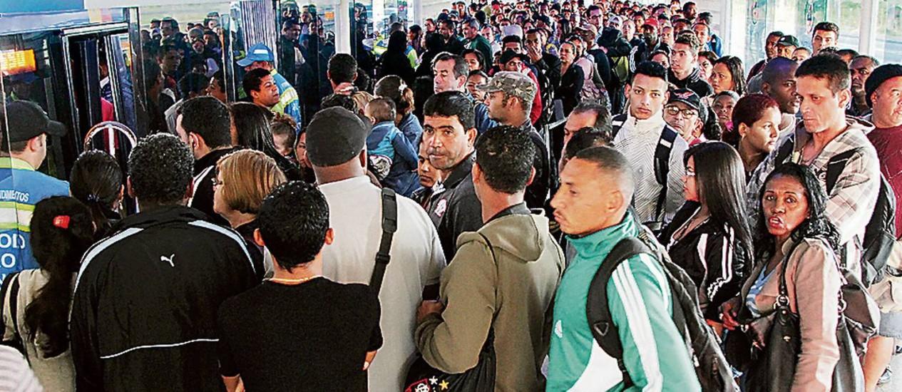Dura rotina. Centenas de passageiros tentam embarcar no BRT, na Estação Mato Alto Foto: Fernando Quevedo / Agência O Globo