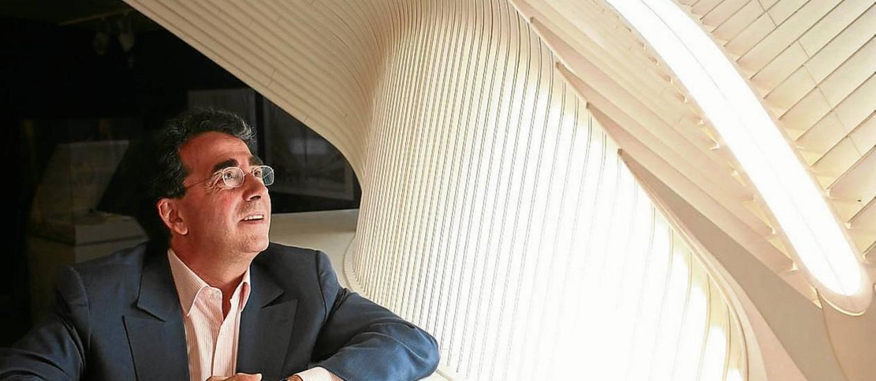 Polêmico: Santiago Calatrava com seu modelo para a estação do trem PATH, em Nova Iorque: seis anos de atraso Foto: O Globo / Ozier Muhammad/The New York Times/8-5-2009