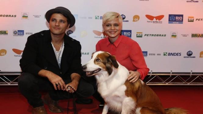 """Au-Au. Bruno Gagliasso, Leandra Leal e Guto na sessão de """"Mato sem cachorro"""" no Odeon. Foto: Mônica Imbuzeiro / Agência O Globo"""