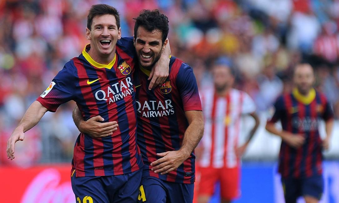 Messi comemora com Fàbregas o primeiro gol do Barcelona. Logo depois, ele sentiu uma lesão no bíceps femoral da perna direita e deixou o gramado Foto: Jorge Guerrero / AFP