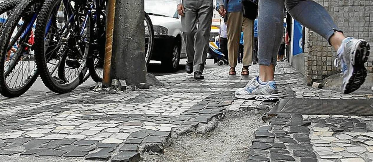 Em Copacabana, pedestres enfrentam barreira - Foto: Márcia Foletto / Agência O Globo