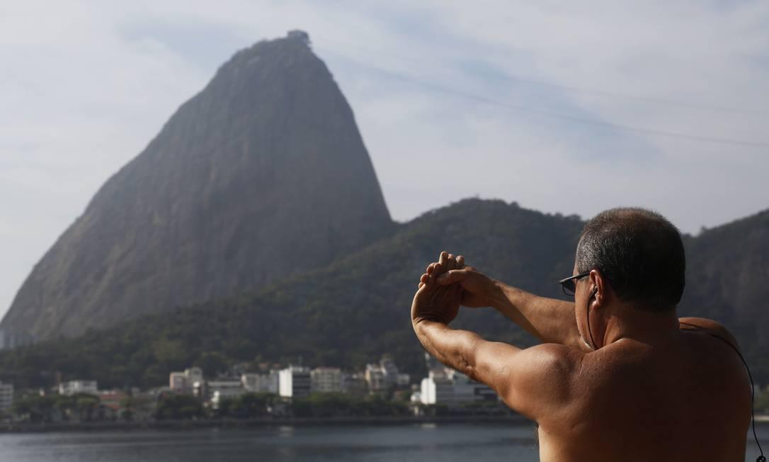 Frequentador se exercita com a Enseada de Botafogo e o Pão de Açúcar como cenário Foto: Camilla Maia / O Globo