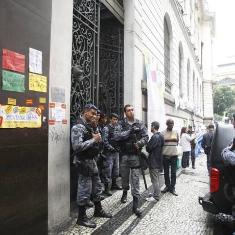 Policiais do Choque na entrada lateral do Palácio Pedro Ernesto Foto: Eduardo Naddar / Agência O Globo