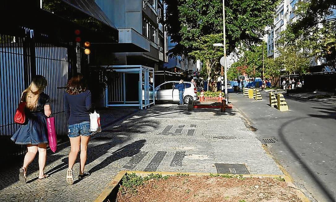 Os canteiros de onde as árvores foram removidas na Barão da Torre - Foto: Hudson Pontes / Agência O Globo