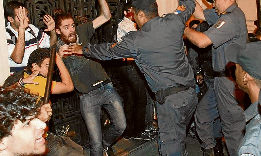 Cerco. Manifestantes são cercados por PMs no confronto na Cinelândia Foto: Marcelo Carnaval / Agência O Globo