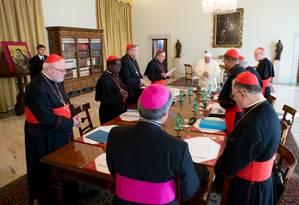 Papa Francisco se reúne com oito cardeais Foto: AP/ L'Osservatore Romano