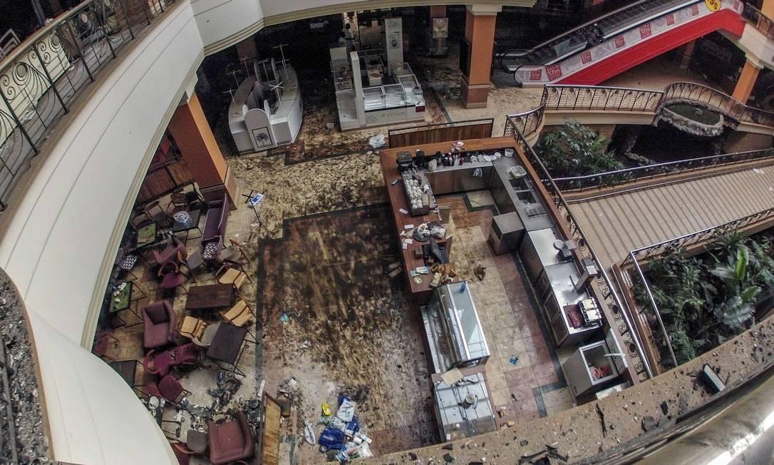 No interior do shopping Westgat, em Nairóbi, as marcas do combate entre as forças quenianas e extremistas do grupo somali al-Shabab. Segundo o governo, 67 pessoas morreram Foto: James Quest / AFP