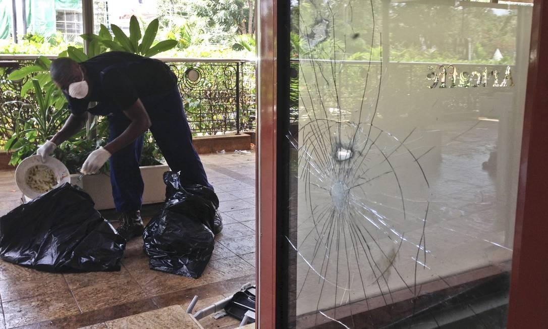 Um funcionário começa a limpeza, perto do Artcaffe Foto: Jason Straziuso / AP