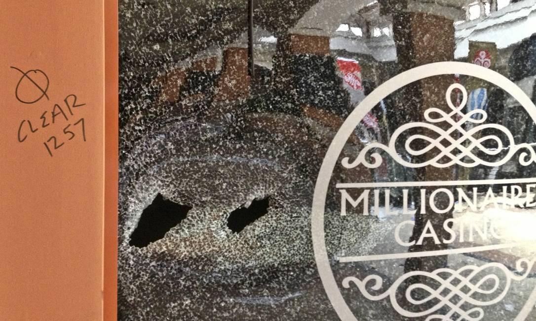 Na vitrine, as marcas dos disparos Foto: Jason Straziuso / AP