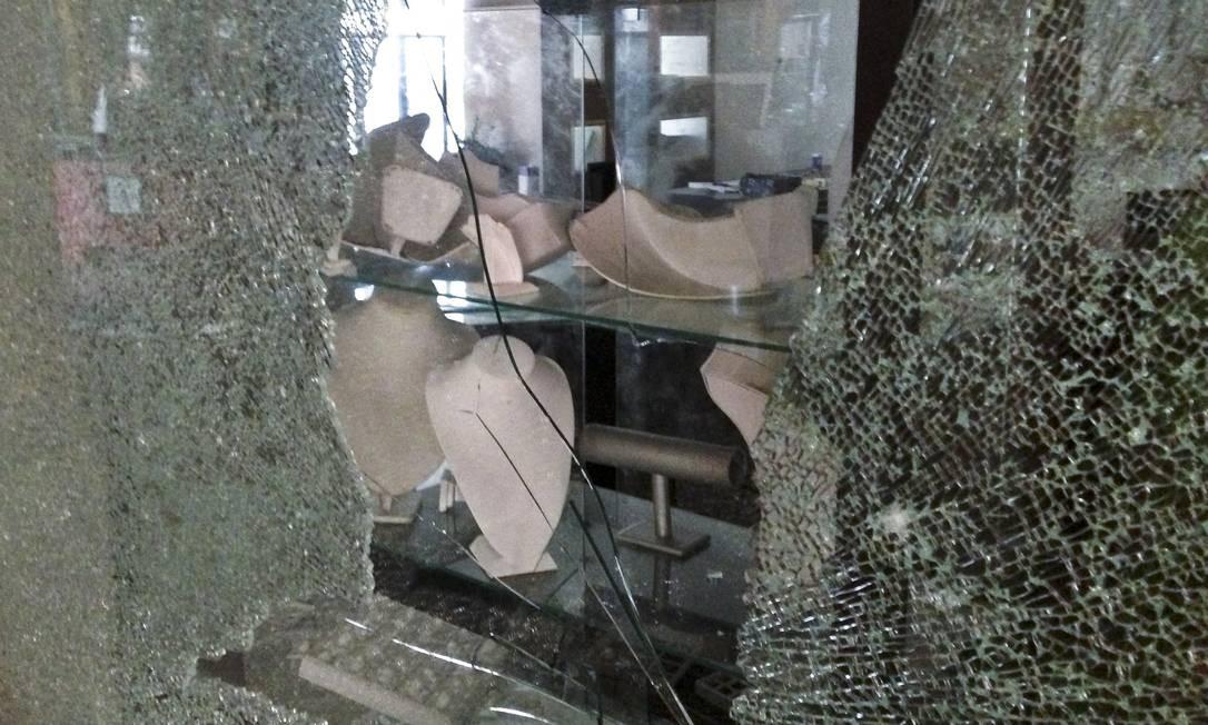 Prateleiras vazias por trás das vitrines quebradas da joalheria Foto: Jason Straziuso / AP