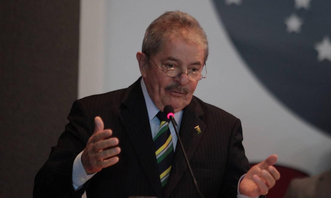 O ex-presidente Lula fala em evento na OAB em comemoração aos 25 anos da Constituição Foto: André Coelho / O GLOBO