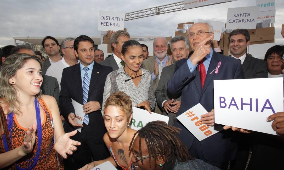 Ex-senadora Marina Silva protesta ao lado de parlamentares de outros partidos em ato a favor da criação da Rede Sustentabilidade Foto: Givaldo Barbosa / O Globo