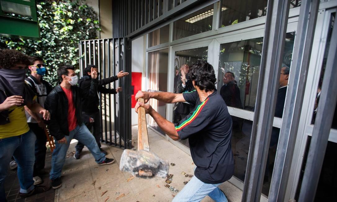 Alunos decidem manter ocupação em prédio da reitoria da USP