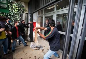 Manifestantes tentam invadir reitoria da USP a marretadas Foto: Danilo Verpa / Folhapress